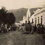 1920 - 1925. Fiesta de la luz. Los coches daban vuelta alrededor de la Plaza de La Luz en la Batalla de Flores y Serpentinas
