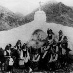1929-1930. Fiesta de La Luz. Chicas ataviadas para fiesta del Arte delante del chorro