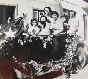 1951. Fiesta de La Luz. Grupo de chicas silenses preparadas para batalla de flores y serpentina