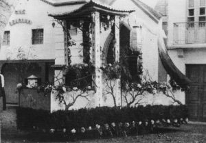 1952. Carroza en el calvario con el Cine Bencomo