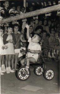 1963. Fiestas de La Luz. Corrida de cintas en bicicleta, con el niño Fernando Yanes como protagonista